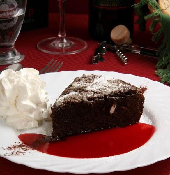 Francia meleg csokoládétorta eperöntettel